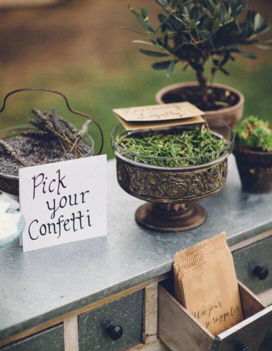 Ideas para una boda vikinga; confeti de flores y hojas