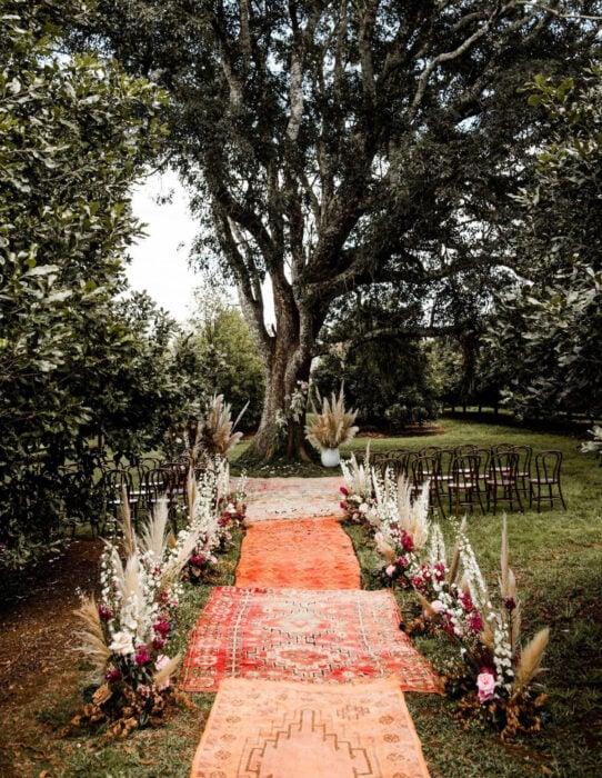 Ideas para una boda vikinga; bosque con camino de alfombras