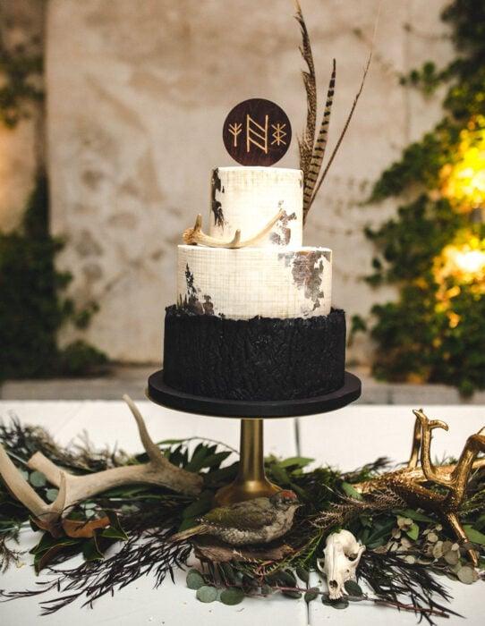 Ideas para una boda vikinga; Pastel negro con blanco de tres pisos