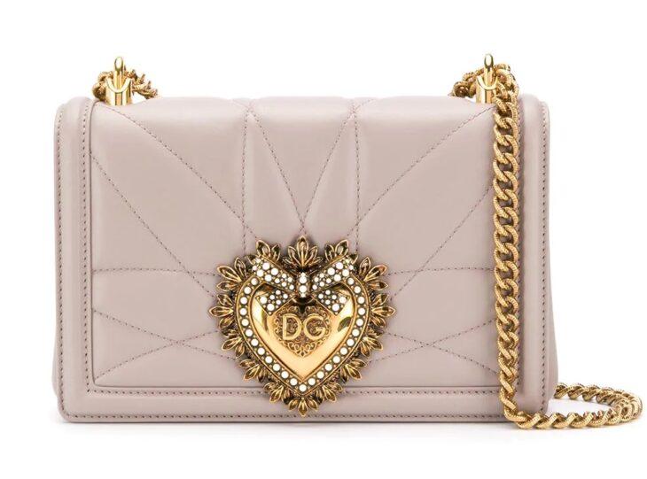 Bolsa Dolce & Gabbana de color rosa con aplicaciones en cadena dorada y pedrería