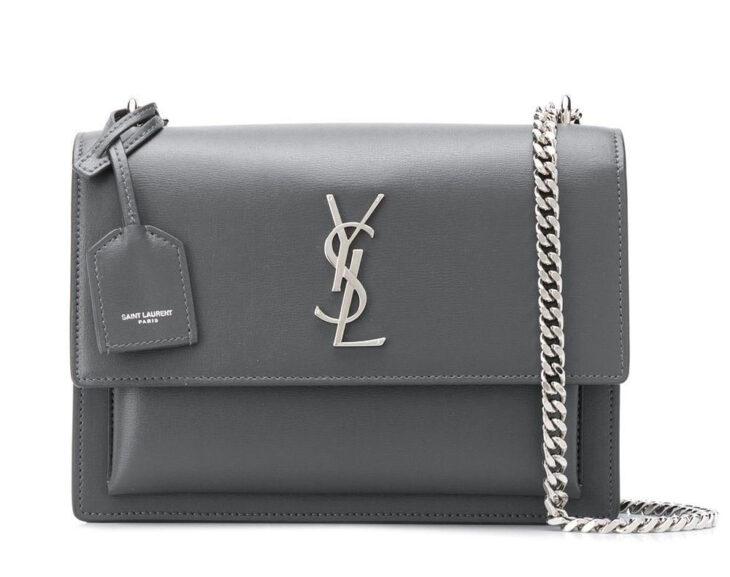 Bolso de color gris con cadena color plateada creada por Yves Saint Laurent
