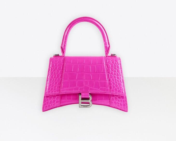 Bolso de color rosa con detalles en plateado y azas cortas de Balenciaga