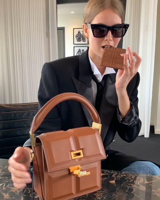 Bolso chocolate hecho por Belmain con detalles en dorado y en forma de tableta de chocolate