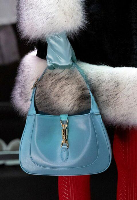 Bolso Jackie O hecho por Gucci en color azul con detalles en dorado