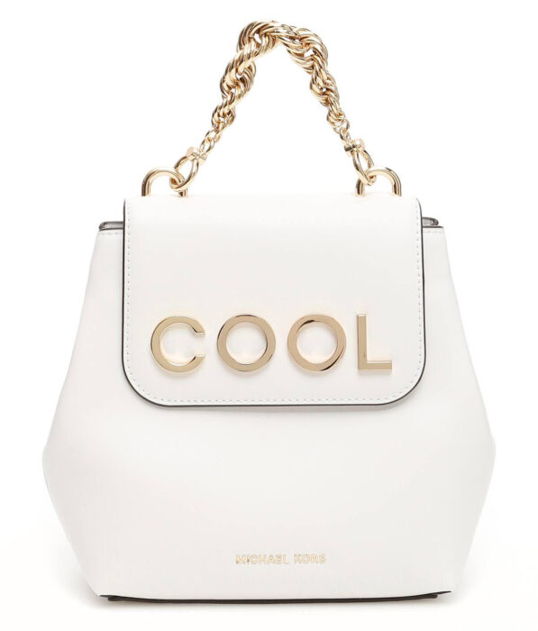 Bolso color blanco con detalles en dorado creado por Michael Kors