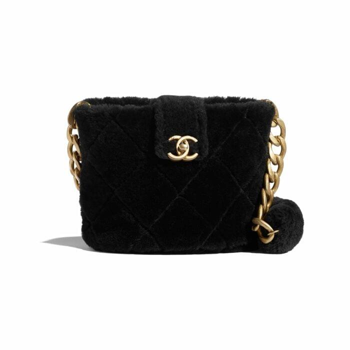 Bolsa de color negra con peluche hecha por chanel