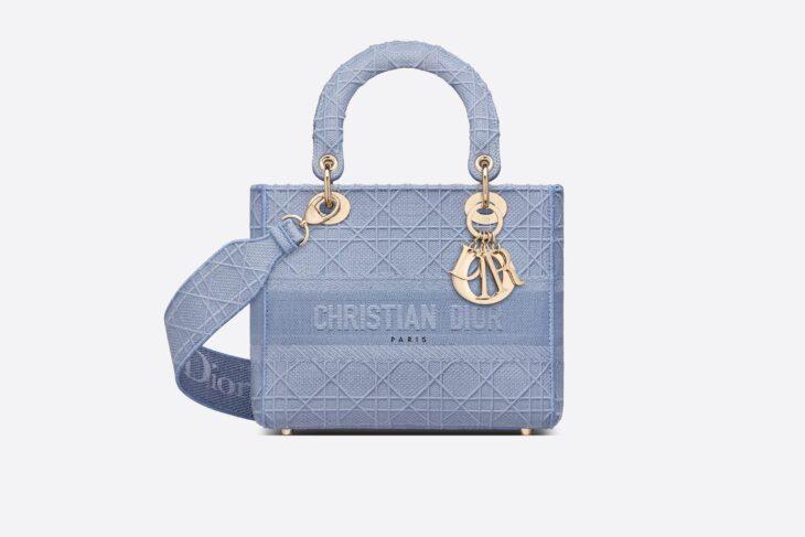 Bolsa Ladi D en color azul hecha por Dior