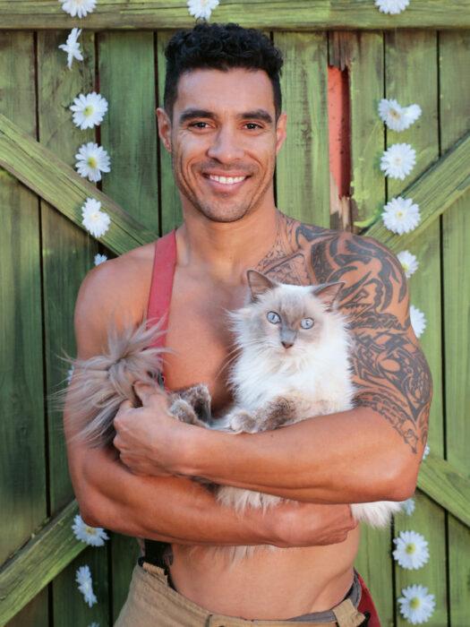 Bomberos australianos posan con animales