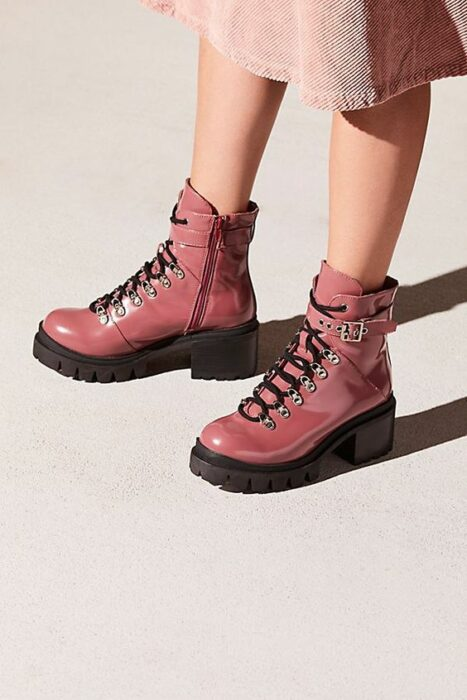 Chunky boots in pink patent leather, with strap on the upper part and black rubber sole