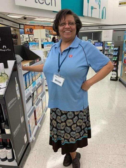 Señora parada junto a un estante