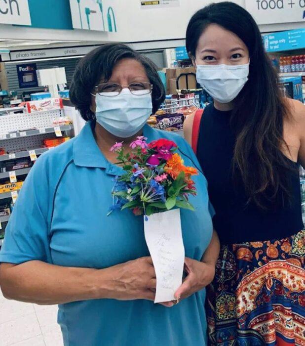 Señora sosteniendo un ramo de flores
