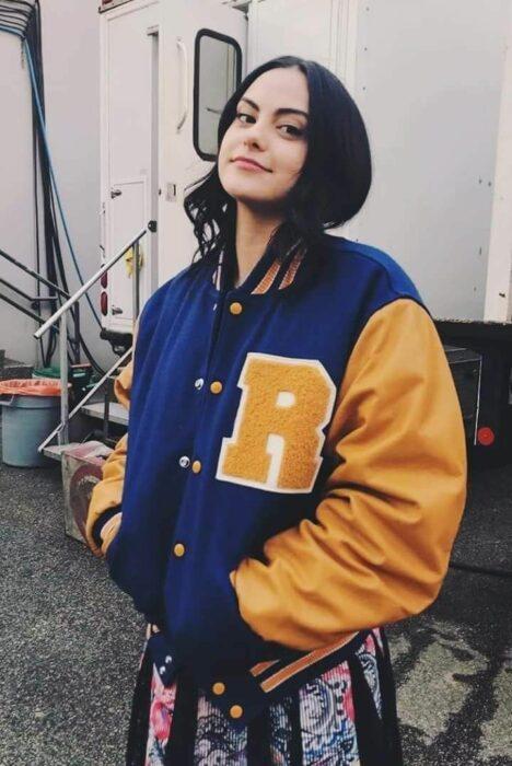 Camila Mendes llevando una chaqueta deportiva de la serie Riverdale