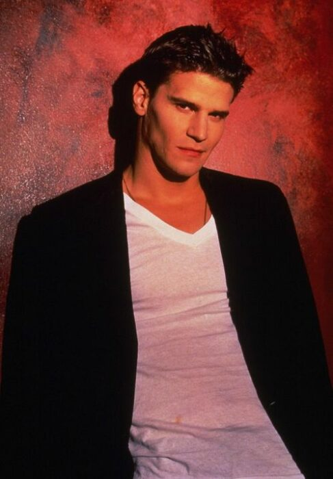David Boreanaz como ángel en la serie Buffy, la cazavampiros