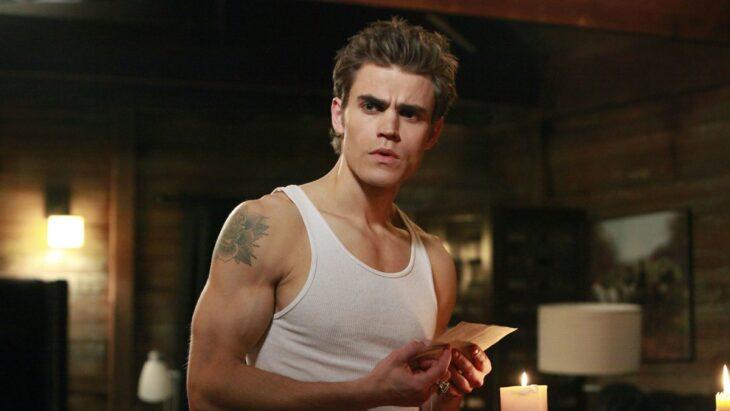 Paul Wesley con camisa de tirantes para la serie The Vampire Diaries