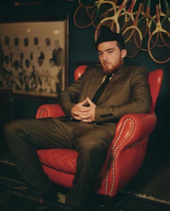 Angus Cloud sentado en una sofá para la serie Euphoria