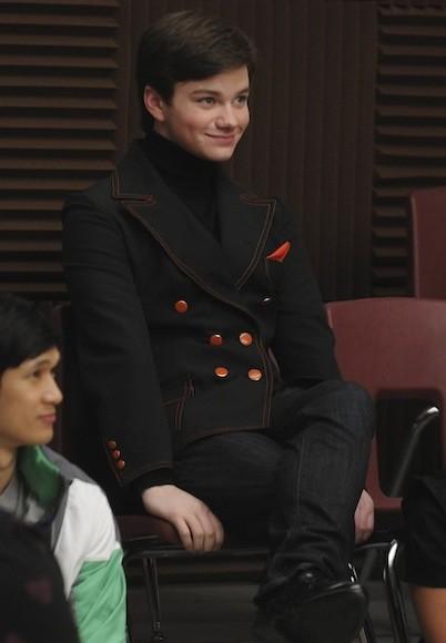 Chris Colfer llevando saco en la serie Glee