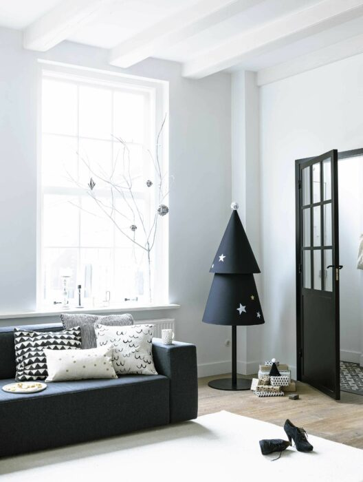Decoración navideña de color blanco con un árbol minimalista en color negro