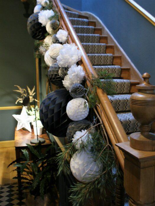 Decoración navideña con esferas de color blanco con negro