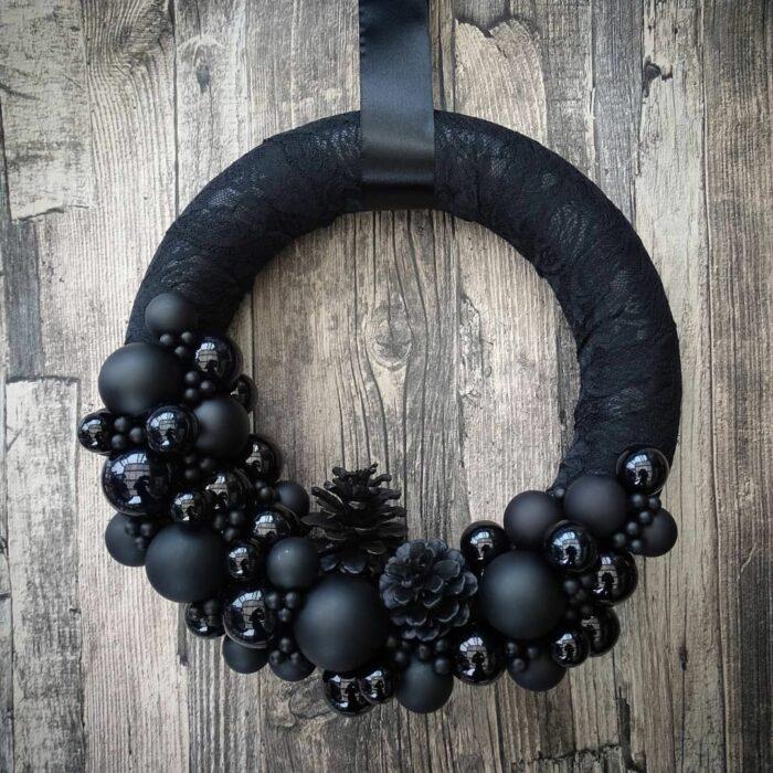 Corona navideña de color negro con esferas de color negro