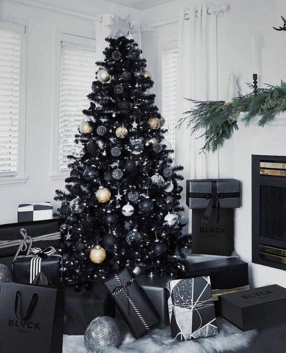 Pino navideño de color negro decorado con esferas de color blanco