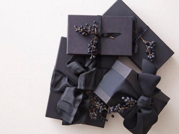Regalos navideños en envolturas de color negro