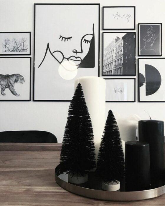 Decoración navideña de pinos con velas en color negro