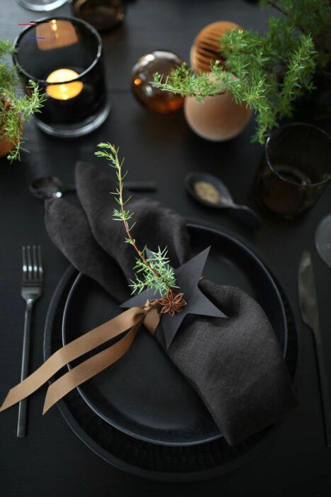 Decoración de mesa navideña en color negro con dorado y blanco