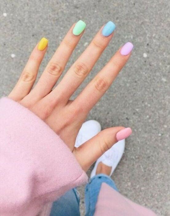 Manicura en colores pastel representando el arcoiris