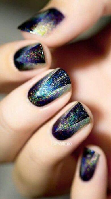 Manicura en tono negro con glitters