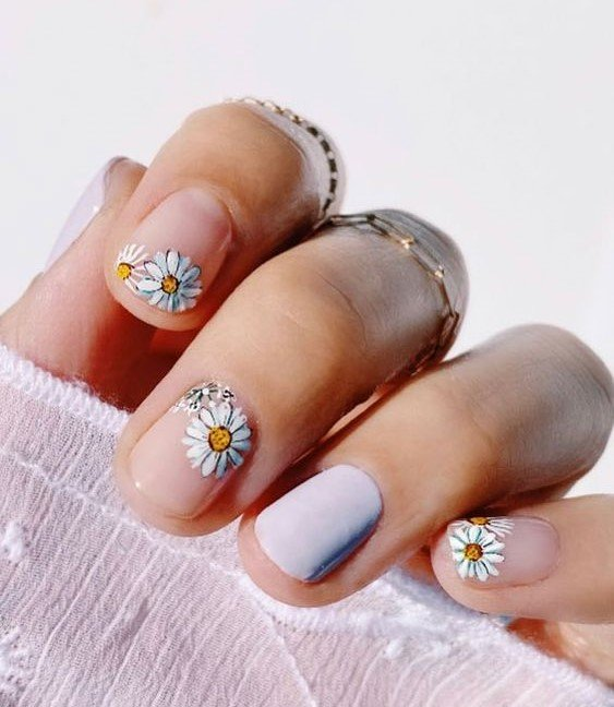 Manicure with stickers daisies