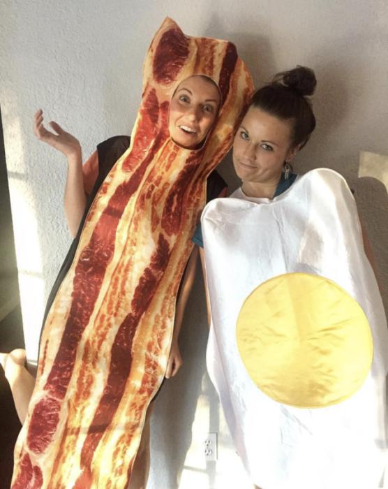 Chicas disfrazadas como un tocino y un huevo