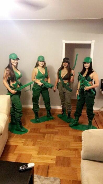 Chicas disfrazasas como los soldados de Toy Story