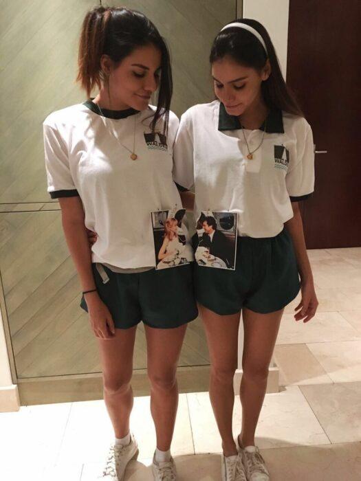 Chicas usando un disfraz de juego de gemelas