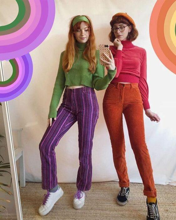 Amigas disfrazadas como Vilma y Daphne en Scooby Doo