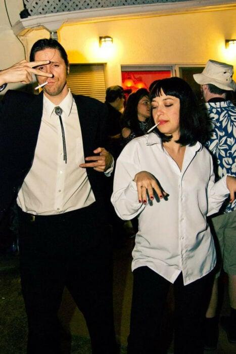 Pareja de novios disfrazada como los protagonistas de la película Pulp Fiction