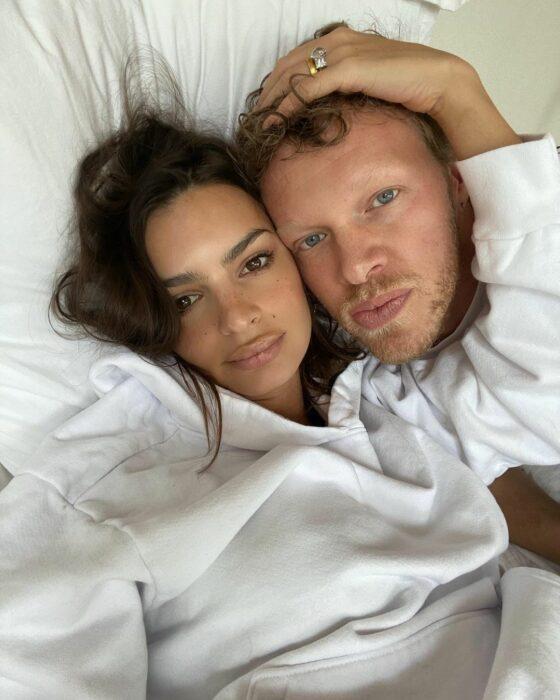 Emily Ratajkowski y su esposo recostados tomándose una selfie