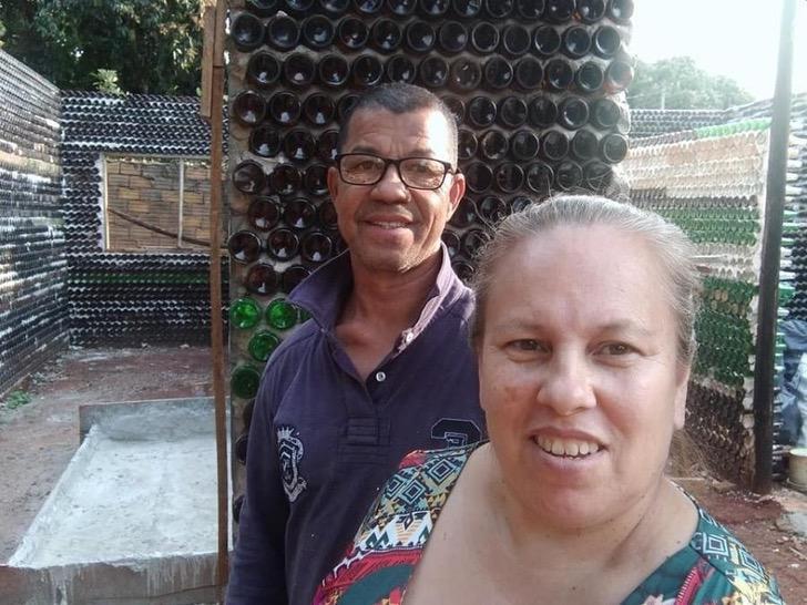 Pareja construye casa ecológica con más de 10 mil botellas recicladas