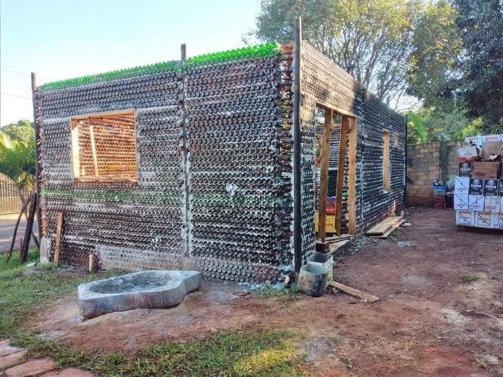 Matrimonio construye casa hecha con botellas