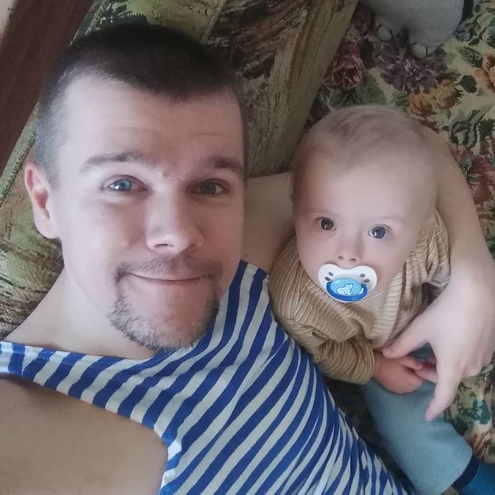 Hombre tomándose una selfie mientras está junto a su pequeño hijo