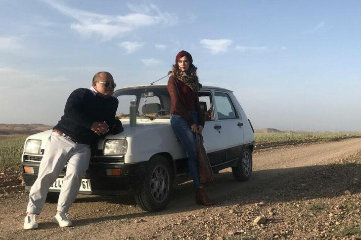 Escena de la película Finding Agnes, pareja en el desierto