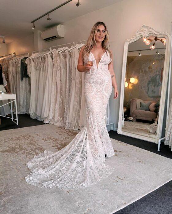 Chica usando un vestido de novia hecho de encaje y en corte recto