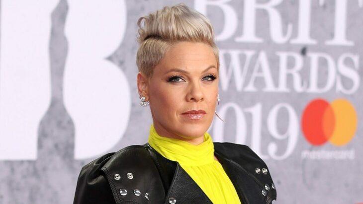 Pink posando para los paparazzis en los Brit Awards