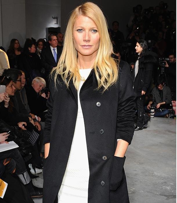 Gwyneth Paltrow posando con una chaqueta negra durante una pasarela