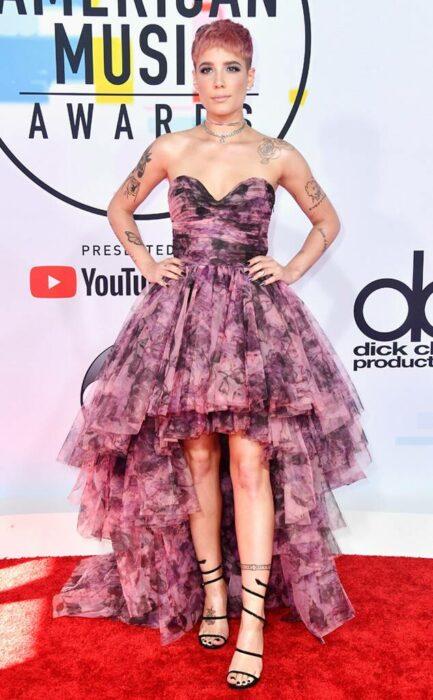 Halsey usando un vestido mientras posa en la alfombra roja de los premios de la música