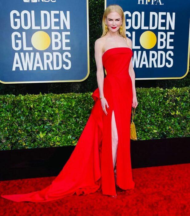Nicole Kidman usando un vestido rojo mientras asiste a los premios Golden Globe