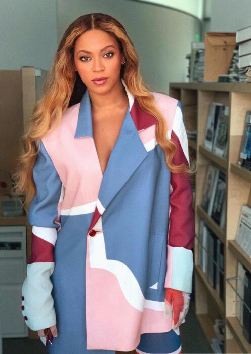 Beyoncé posando para una fotografía mientras usa un saco elegante
