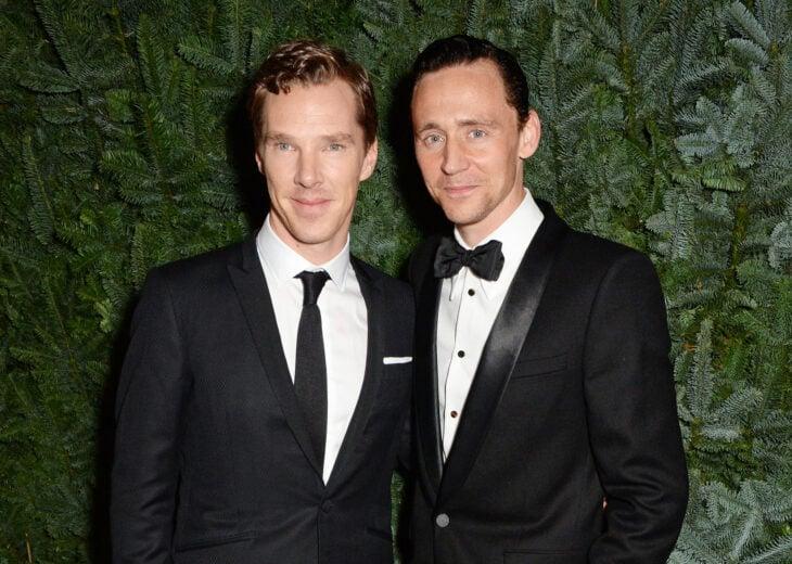 benedict cumberbatch y tom hiddleston posando juntos para una fotografía en la alfombra roja
