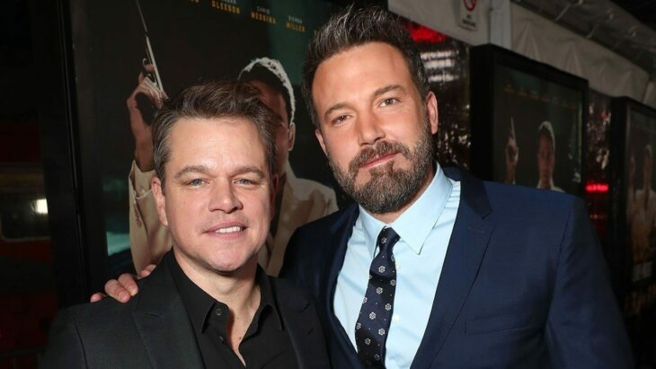 Matt Damon y Ben Affleck posando juntos y abrazados para una fotografía