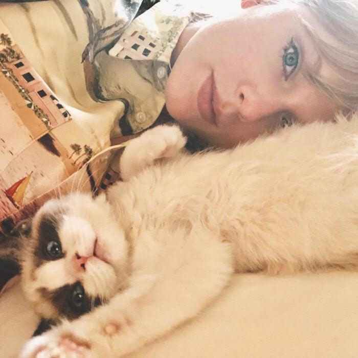 Famosos que han adoptado mascotas, perros o gatos; Taylor Swift con su gatita blanca de parches cafés, Benjamin Button