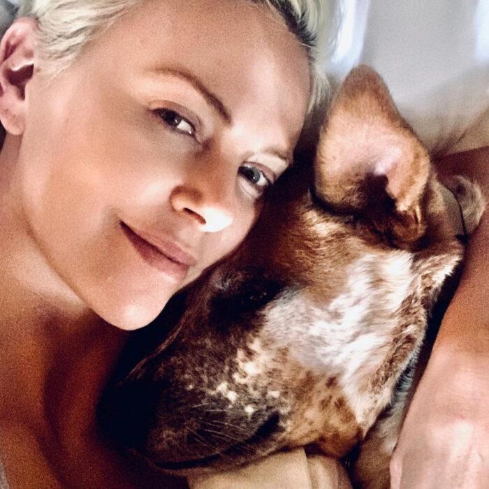 Famosos que han adoptado mascotas, perros o gatos; Charlize Theron con su perrito mestizo color café